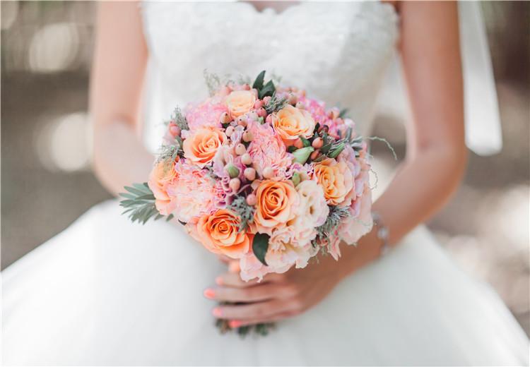 夏天结婚典礼上的粉,紫,白,蓝,黄分别适